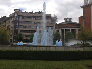 La fuente de la Gabinona teñida de azul apoyando al Real Oviedo