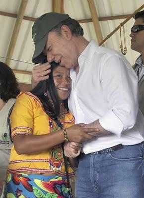 ¿Por qué los políticos besan bebés en público? Juan-manuel-santos-abrazo