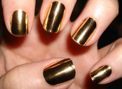 Si eres una chica más conservadora la tendencia de uñas metálicas puede ser más sutil usando solo una uña de cada mano, contrastando con el resto de las