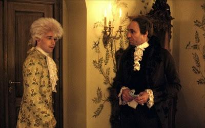 A la derecha, Salieri (F. Murray Abraham), asqueado ante lo irracional del genio; a la izquierda, Mozart (Tom Hulce), el irracional. (Fotograma de Amadeus, Milos Forman, 1984)