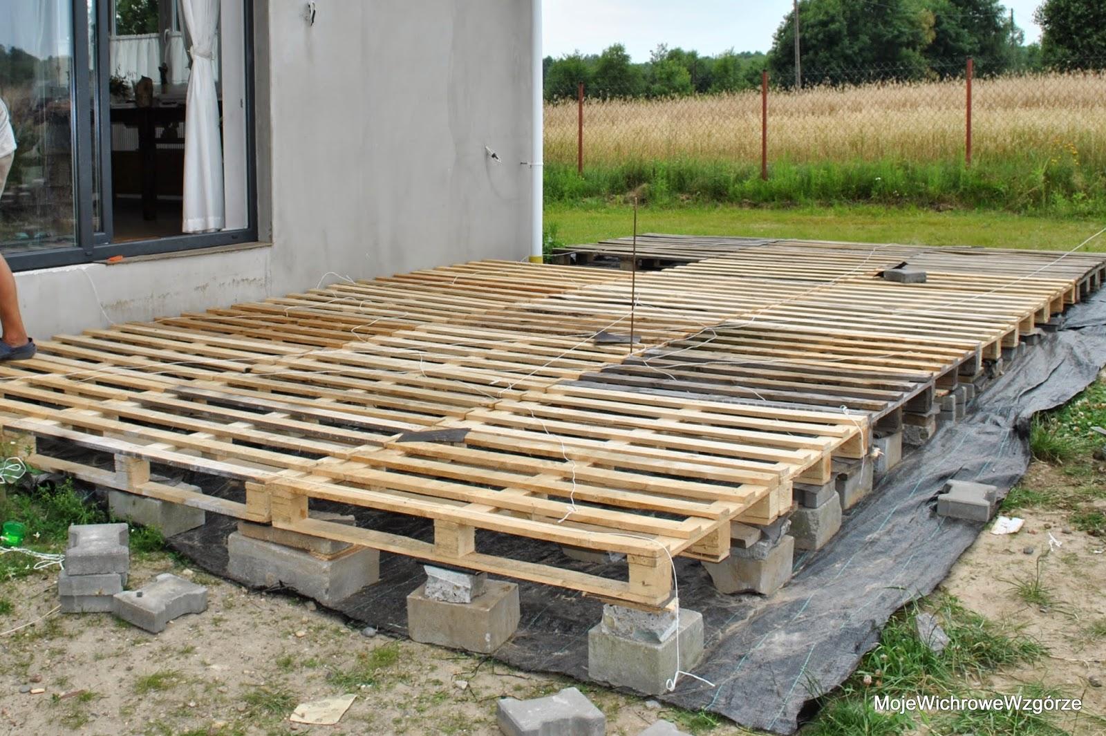 Jak Zrobic Meble Ogrodowe Z Palet Drewnianych : ułożone palety przykryliśmy deskami i tu uwaga nie kupowaliśmy