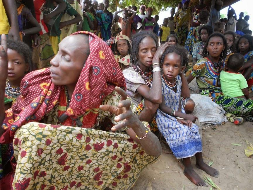 Donne e bambini Mbororò ospitati alla missione di Bozoum dopo l'attacco nei pressi di Bocaranga (marzo 2014)