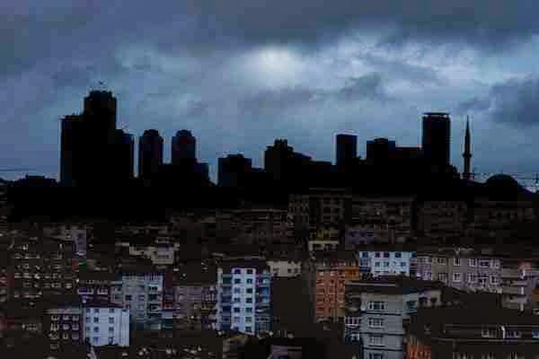 """Όχι σε τρομοκρατική ενέργεια αλλά σε... """"βλάβη"""" οφείλεται στη βλάβη τριών μεγάλων ηλεκτρικών υποσταθμών στην Τουρκία"""