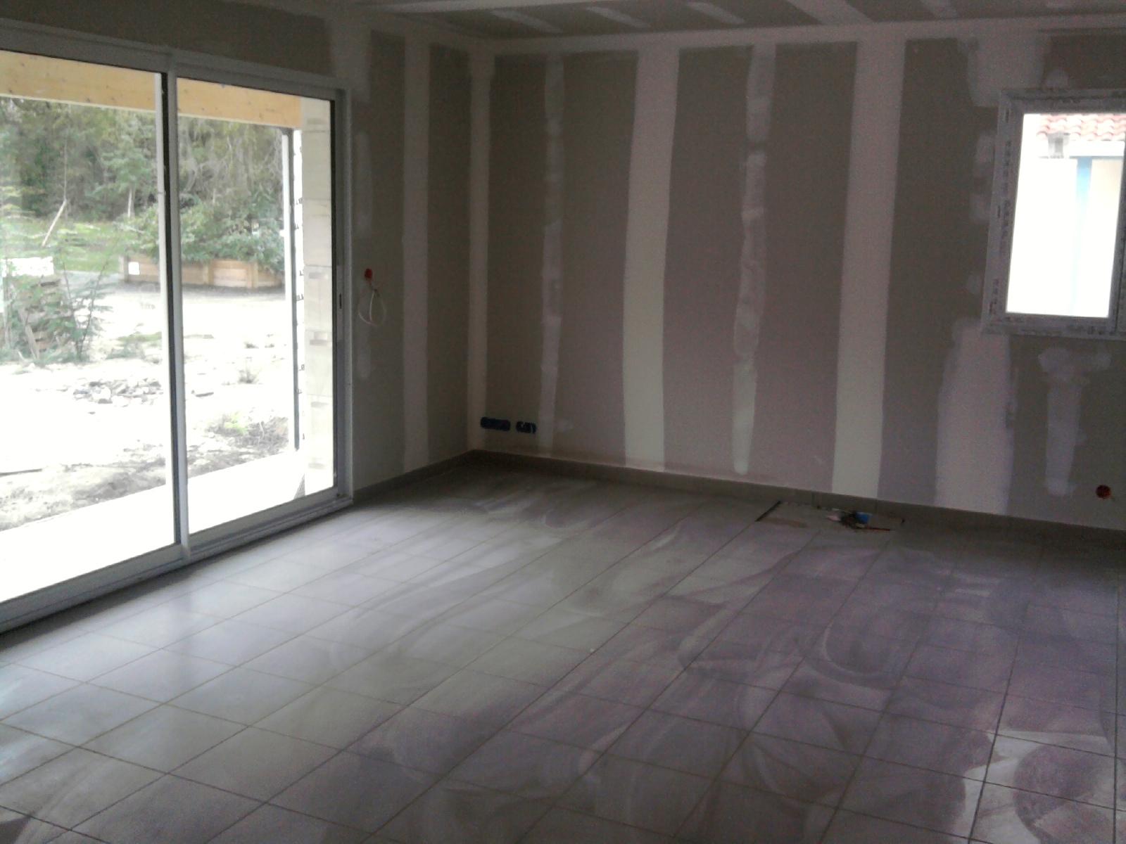 Construction maison carrelage du salon et salle de bain for Salon construction maison