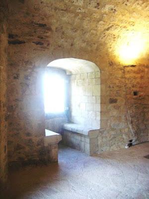 Salas, torre medieval, acceso Museo prerrománico de San Martín