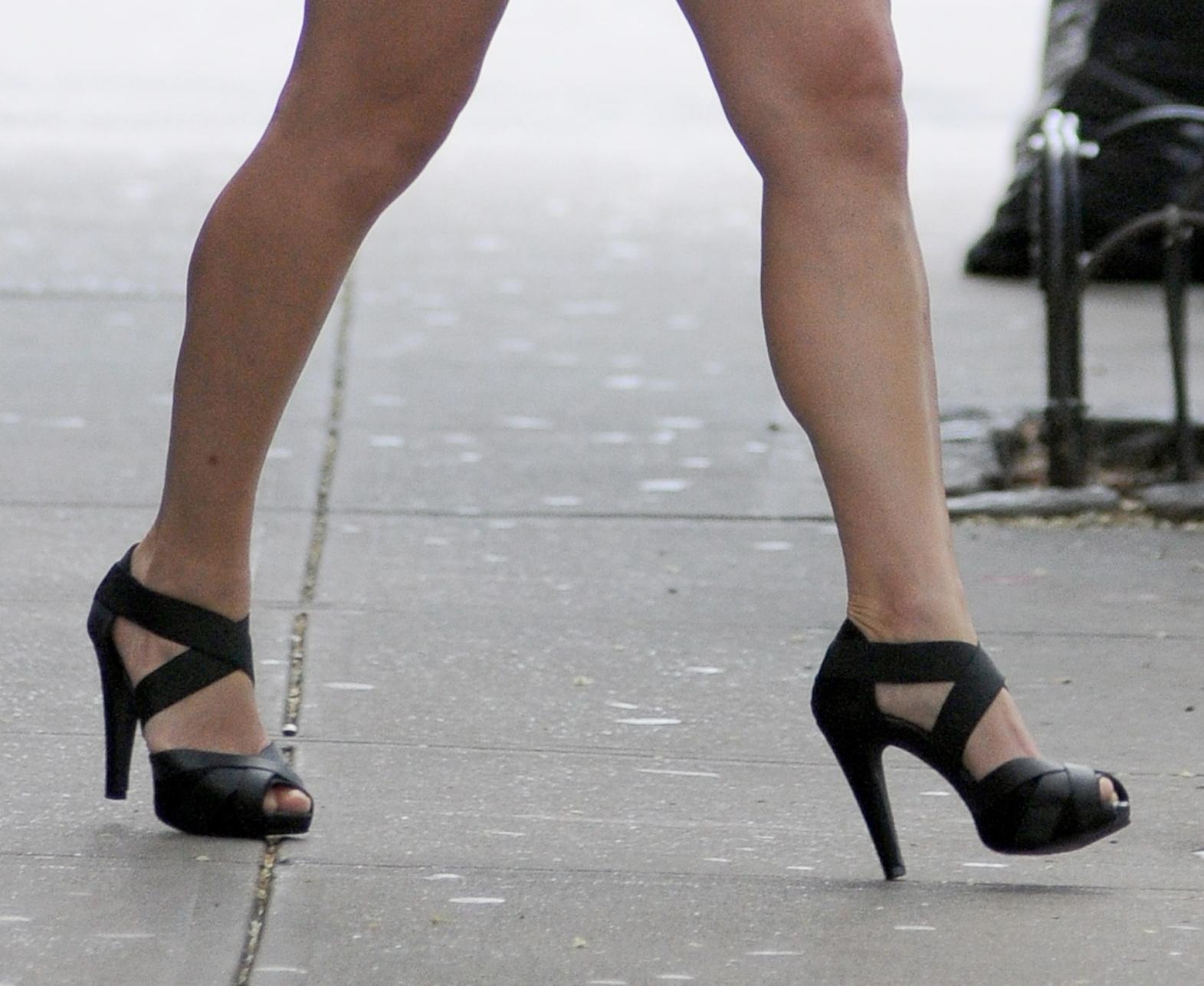 http://3.bp.blogspot.com/-WTApgcVSHMI/TmtjK6LtdbI/AAAAAAAADBA/1JG6Y02v3FM/s1600/Julia+Stiles+calves+%25282%2529.JPG