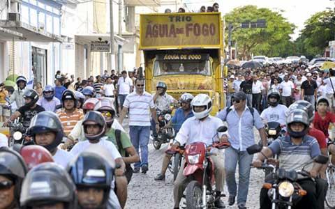 Justiça fecha igreja e fiéis protesta em rua da cidade