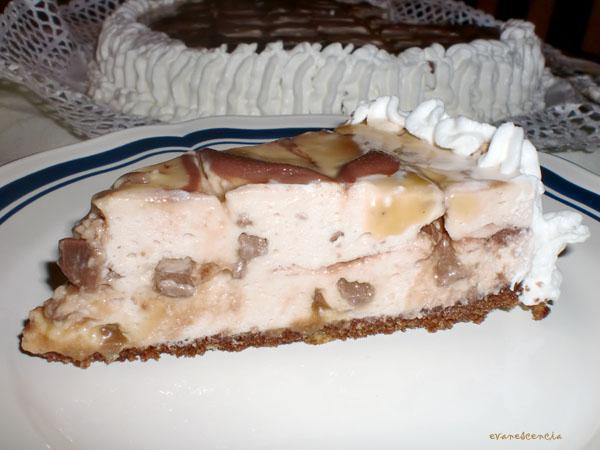 trozo de tarta de queso y chocolatinas mars