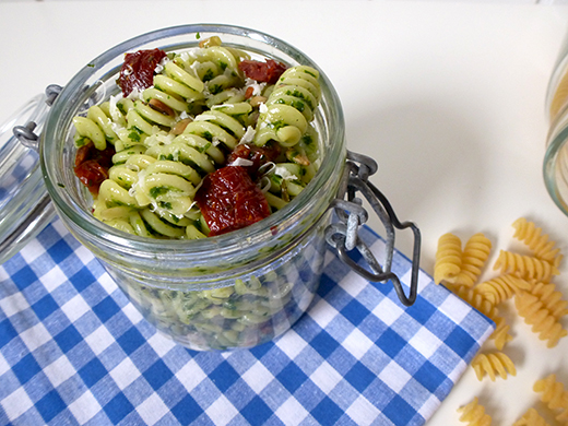 Nudelsalat, Feldsalatpesto, vegetarisch, getrocknete Tomaten, Rezept, im Glas, Blog, Holunderweg18