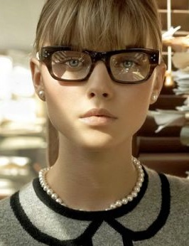 Las gafas de aro grande son recomendables con cortes que te dejen el pelo con volumen a los lados, un corte en capas. Un corte recto dejará notar mucho los