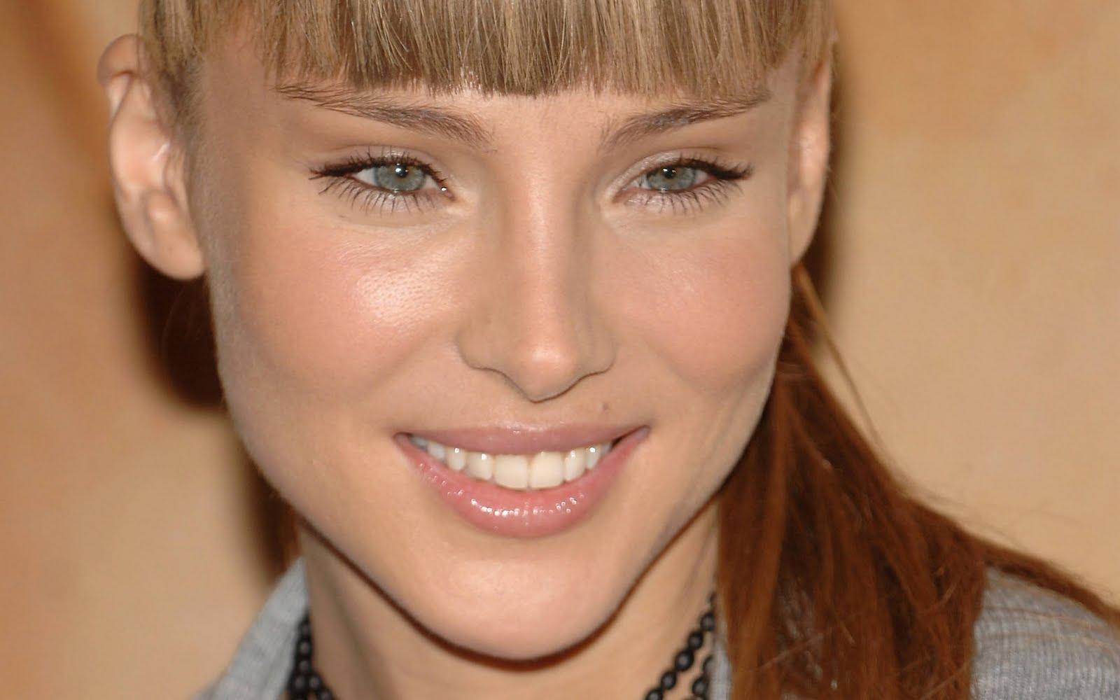 http://3.bp.blogspot.com/-WU4sbcyIX58/TjE8qr0RPVI/AAAAAAAACy0/_bfmAgDTce4/s1600/Elsa_Pataky_hd_wallpapers_closeup_smile_look_nice_.jpg