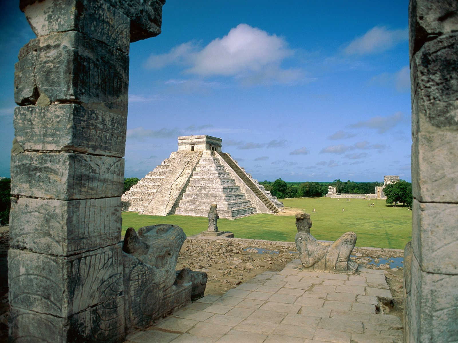 pyramid of kukulkn chichen itza mexico cityscape wallpaper