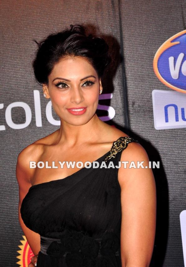 Bipasha Basu on red Carpet in black dress - Bipasha Basu Black Dress At Red Carpet Event Of Super Fight League