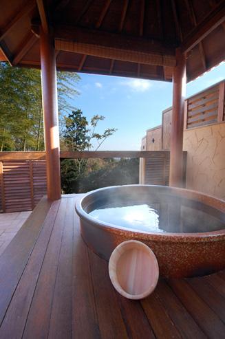 日本の伝統的な「信楽焼の壺風呂」を使った風呂に浸かりながら遠く海を眺める至福の一時を満喫頂けます。