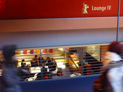 In der Berlinale-Lounge: Interviews mit Dolmetscher parallel zum Einlass