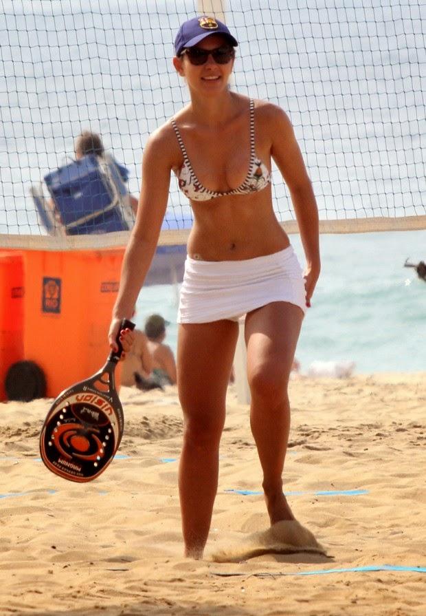 Letícia mostra corpão e equilíbrio enquanto praticava slackline na praia do Leblon