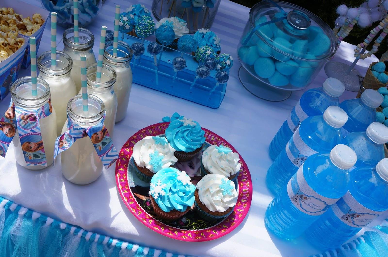 cupcake bleus bouteilles bleues et gourmandises au theme de la reine des neiges