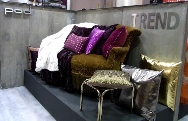 altes vintage Sofa mit dekoriert mit Trendkissen Decken Plaid metallic pad
