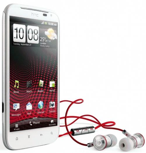Beyaz renkli HTC Sensation XL ve Beats Audio kulaklıkları