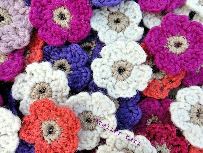 Atelier kari naturdekorasjoner og kranser: med heklede blomster ...