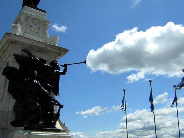 Fotos tiradas no momento exato - Estatua e nuvens