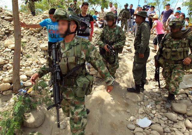 Comandos del Batallón de Fuerzas Especiales No 4 patrullan la frontera con Venezuela.
