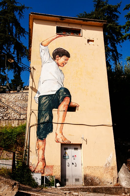 Last seen in Lithuania earlier this month (covered), Ernest Zacharevic is now in Italy where he just finished working on these new piece on the streets of Gaeta. 1