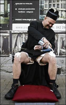 Paweł Hajncel (Człowiek Motyl) i bita śmietana na kolanach. Happening.