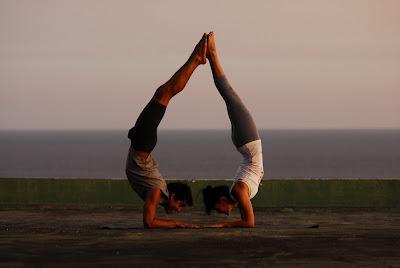 Foto Pareja haciendo Yoga