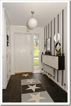 Un recibidor con trones de ikea en blanco y negro - Entraditas pequenas ikea ...