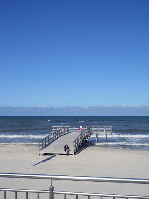 Plaża i niewielki molo w Sarbinowie Morskim