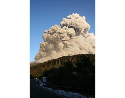 Gambar Letusan Gunung Berapi Shinmoedake Di Jepun Yang Disebabkan Oleh Gempa Bumi