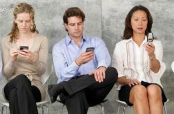 De acuerdo a varios estudios realizados en Estados Unidos, los usuarios de smartphones podrían estar teniendo más sexo que los usuarios de teléfonos regulares. Y dado que cada vez más personas tienen teléfonos inteligentes, ¿será que las estadísticas sexuales también se estén levantando? Como no hablaremos sobre eso, hay varios estudios que demuestran que, por ejemplo, los adolescentes que tienen un teléfono inteligente tienen también el doble de probabilidad de tener relaciones sexuales, y ahora no me sorprende que cada vez más chicas dejen la escuela por quedar embarazadas… Y no son los teléfonos mismos los que directamente tienen la