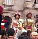 Els Gegants del Pi (Elisenda i Mustafà) i el Cuiner passant per allà