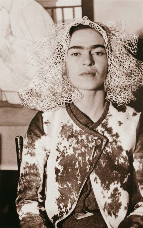 frida kahlo by lucienne bloch 1935 frida kahlo holding her