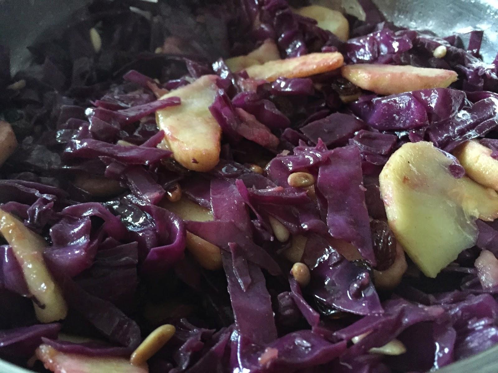 Conos de hojaldre rellenos de lombarda, añadiendo la manzana.