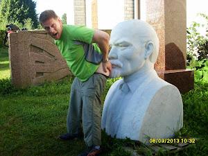 Seppo Lehto kävi haistattamassa persettä kommunismin jumalkuvilla Historiallisen museon takana