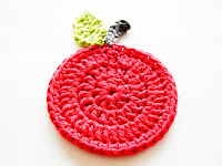 free crochet patterns: apple coasters!