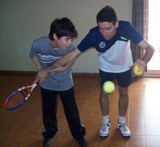 Eduardo Raffeto en una de sus clases con un alumno invidente