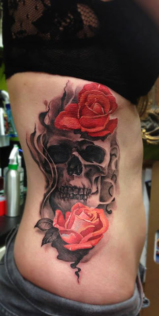 Tatuaje calavera y rosas en el torso de mujer