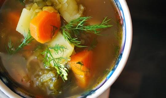 Zupa ogórkowa na wywarze z żeberek