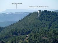 L'ermita nova de Sant Salvador del Quer amb la Serra de Castelltallat al seu darrere
