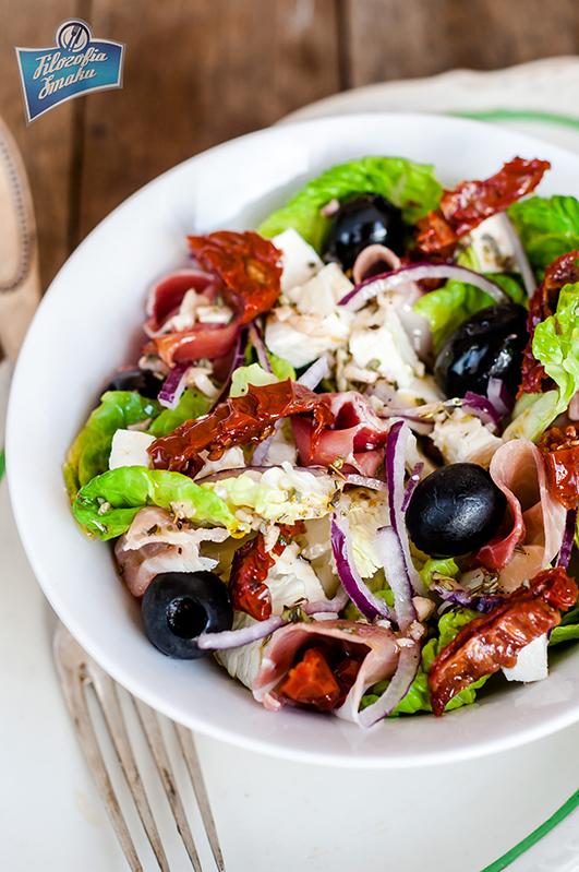 Przepis na sałatkę z suszonymi pomidorami i fetą