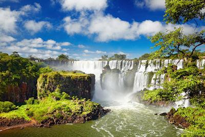 Cataratas del Iguazú en la frontera de Argentina y Brasil vistas desde el lado argentino.