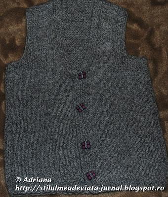 vesta tricotata accesorizata cu nasturei