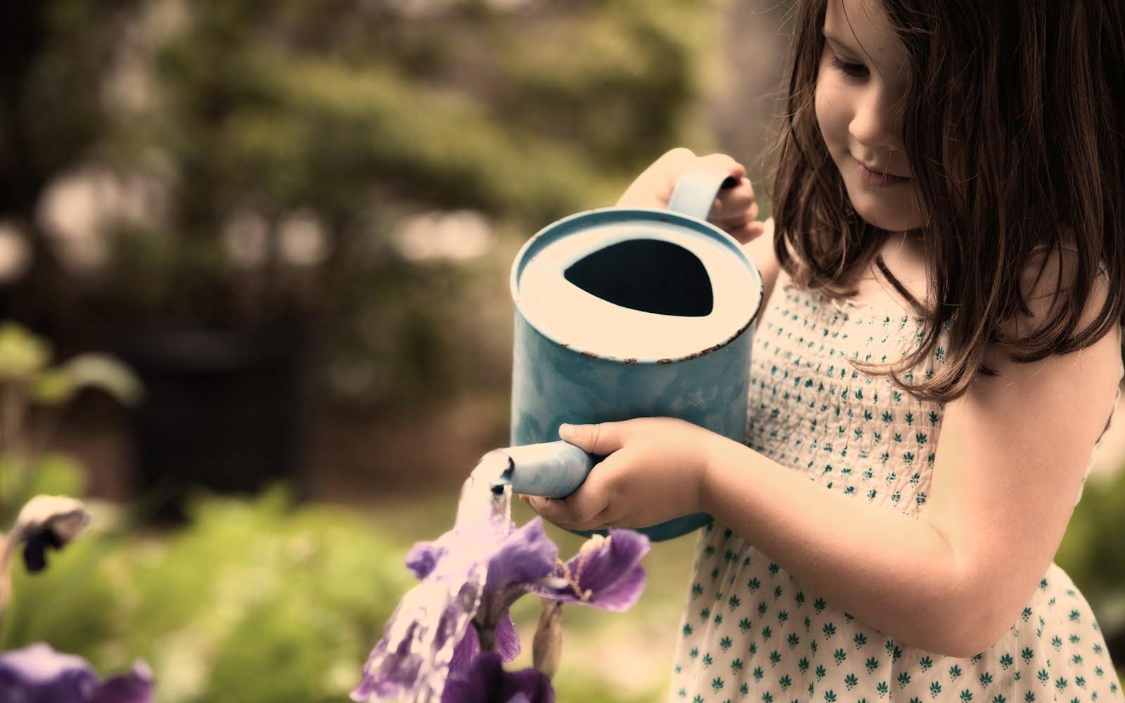 Момиченце полива градинка, HD Wallpaper