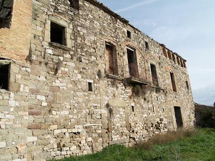 La façana de migdia del Mas d'Olzinelles