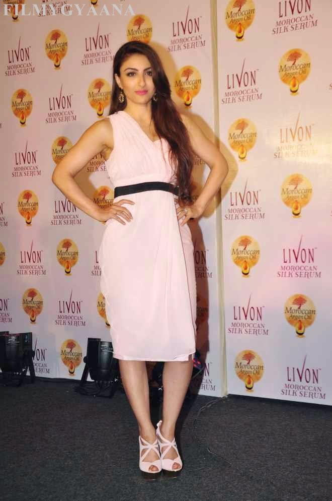 soha ali khan hot sleeveless dress image