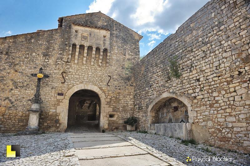 la porte fortifiée de Banon avec l'abreuvoir photo pascal blachier