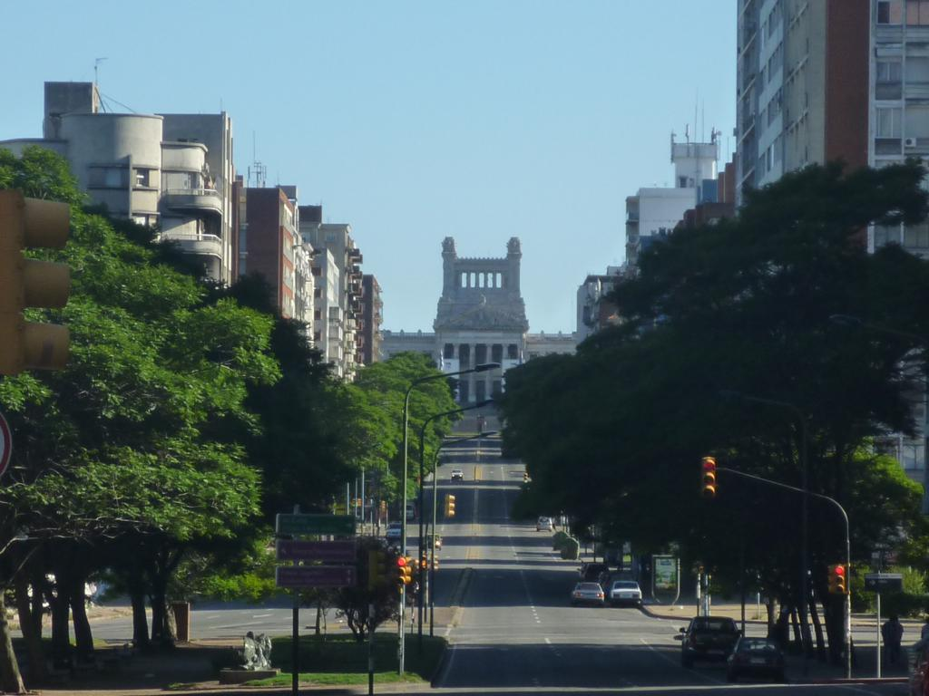 Saíram de Montevidéu por volta das 08h30m. pela Av. del Libertador  #30799B 1024 768